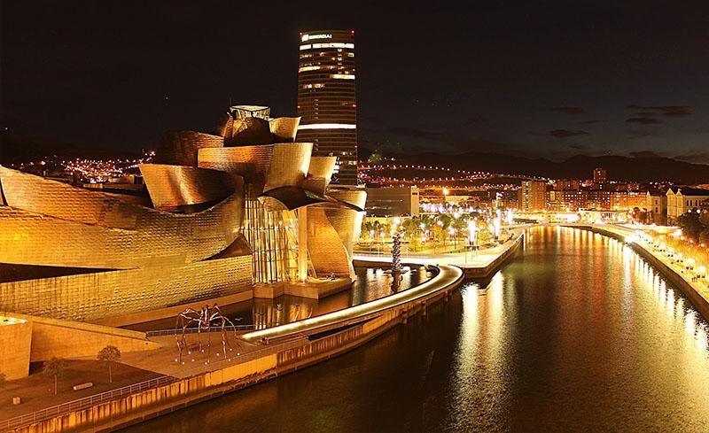 Bilbao de noche, la ría y el museo Guggenheim